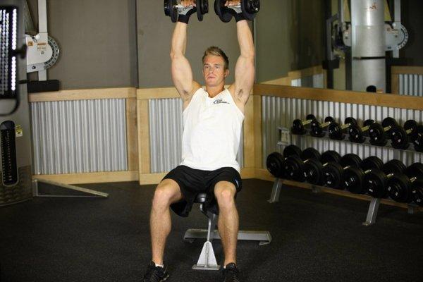 жим гантелей сидя. эффективные упражнения на плечи фото