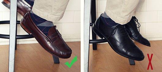 Картинки на тему какого цвета носки под коричневые и черные туфли