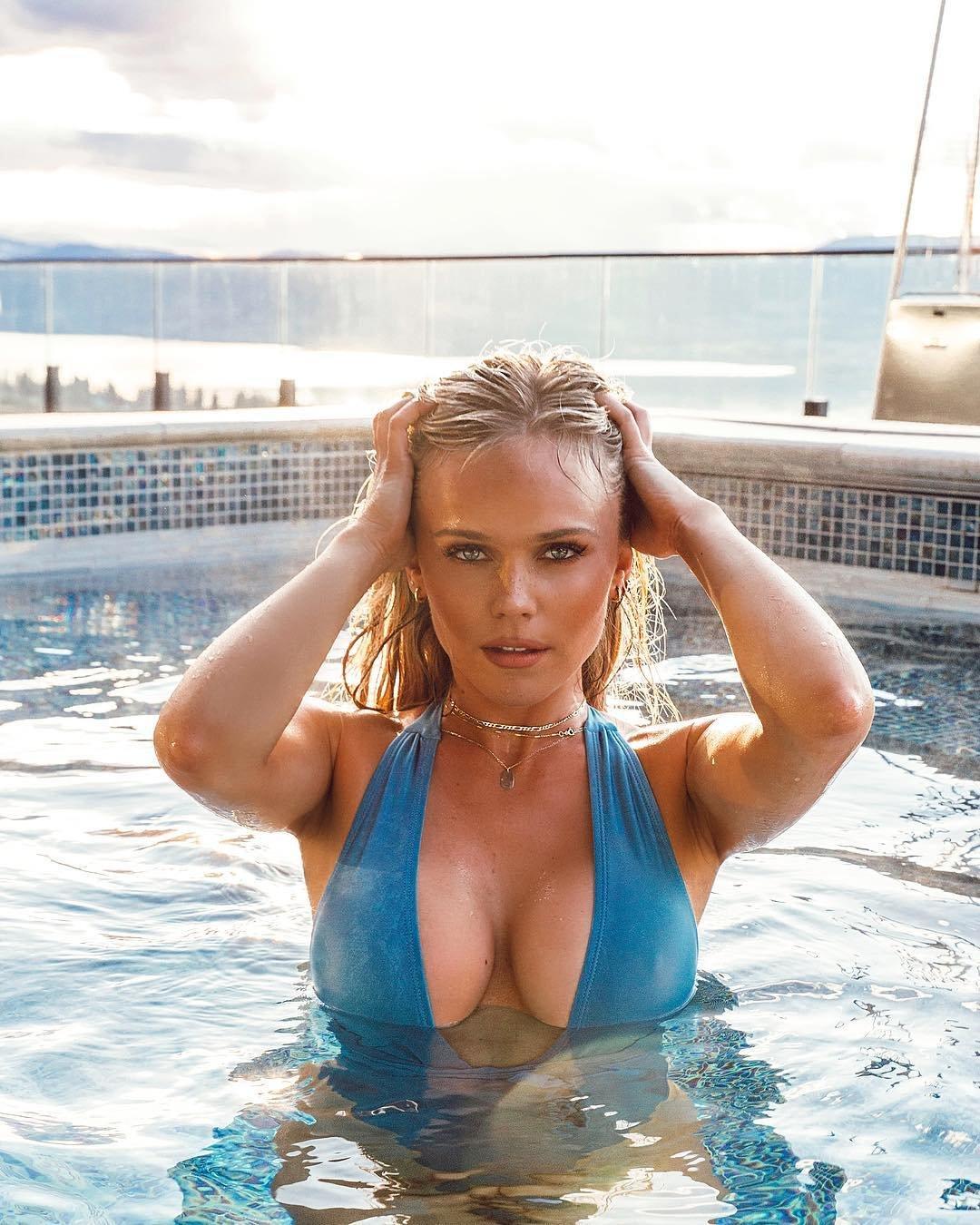 хильда осланд фото купальник бассейн