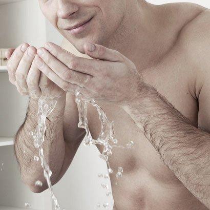 парень моется