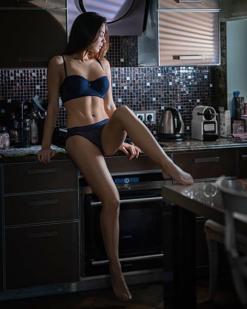 Модель на кухне, фото для мужского журнала